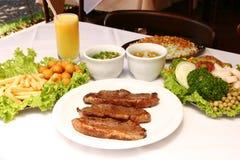 Ψημένο στη σχάρα βόειο κρέας με τις τηγανισμένες πατάτες και τη σαλάτα Στοκ φωτογραφία με δικαίωμα ελεύθερης χρήσης