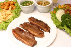 Ψημένο στη σχάρα βόειο κρέας με τις τηγανισμένες πατάτες και τη σαλάτα Στοκ φωτογραφίες με δικαίωμα ελεύθερης χρήσης