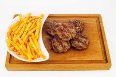 Ψημένο στη σχάρα βόειο κρέας με τις τηγανιτές πατάτες Στοκ φωτογραφία με δικαίωμα ελεύθερης χρήσης