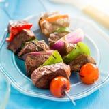 Ψημένο στη σχάρα βόειο κρέας shishkabobs στον πίνακα κοντά επάνω Στοκ Φωτογραφίες