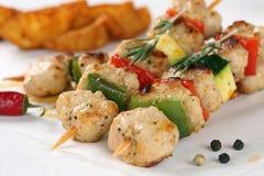 Ψημένο στη σχάρα γεύμα οβελιδίων κρέατος κοτόπουλου ή της Τουρκίας με τα λαχανικά Στοκ φωτογραφία με δικαίωμα ελεύθερης χρήσης