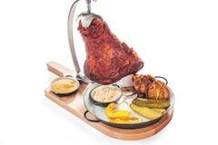 Ψημένο στη σχάρα γόνατο χοιρινού κρέατος με τη μουστάρδα και το χρένο Στοκ Φωτογραφία