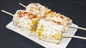 Ψημένο στη σχάρα καλαμπόκι με το τυρί Cotija και τα καρυκεύματα Στοκ Εικόνες
