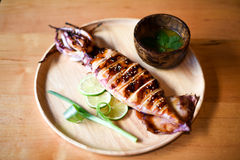 Ψημένο στη σχάρα καλαμάρι με την πικάντικη σάλτσα θαλασσινών Στοκ φωτογραφία με δικαίωμα ελεύθερης χρήσης