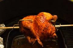 Ψημένο στη σχάρα κοτόπουλο, bbq, πέρα από τις ανοικτές φλόγες σε μια σχάρα Στοκ Φωτογραφία