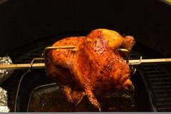 Ψημένο στη σχάρα κοτόπουλο, bbq, πέρα από τις ανοικτές φλόγες σε μια σχάρα Στοκ Εικόνα