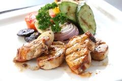 Ψημένο στη σχάρα κοτόπουλο με τα ψημένα λαχανικά στο άσπρο πιάτο Στοκ Φωτογραφία