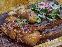 Ψημένο στη σχάρα κοτόπουλο με τα potatos και τα λαχανικά Στοκ φωτογραφία με δικαίωμα ελεύθερης χρήσης