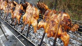 Ψημένο στη σχάρα κοτόπουλο με τις προετοιμασίες σιδήρου στον καπνό σχαρών σιδήρου πολύς, τρόφιμα στην Ταϊλάνδη Στοκ εικόνες με δικαίωμα ελεύθερης χρήσης
