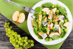 Ψημένο στη σχάρα κοτόπουλο, σπανάκι, φέτες μήλων, gorgonzola τυρί, σταφύλι Στοκ εικόνες με δικαίωμα ελεύθερης χρήσης