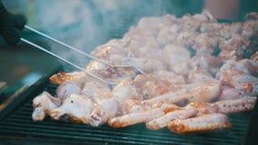 Ψημένο στη σχάρα κοτόπουλο στη σχάρα κίνηση αργή φιλμ μικρού μήκους