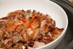 Ψημένο στη σχάρα κοτόπουλο στο πιάτο στοκ φωτογραφία με δικαίωμα ελεύθερης χρήσης
