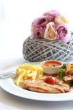 Ψημένο στη σχάρα κοτόπουλο, frenh τηγανητά και τηγανισμένα λαχανικά Στοκ Φωτογραφίες