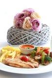 Ψημένο στη σχάρα κοτόπουλο, frenh τηγανητά και τηγανισμένα λαχανικά Στοκ εικόνα με δικαίωμα ελεύθερης χρήσης