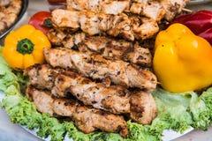Ψημένο στη σχάρα κρέας στη σχάρα με τα φρέσκα λαχανικά Τρόφιμα οδών στοκ φωτογραφίες