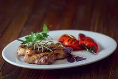 Ψημένο στη σχάρα κρέας με τη σαλάτα και τα λαχανικά Στοκ Εικόνες