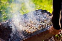 Ψημένο στη σχάρα κρέας στη σχάρα με τις φλόγες και τους άνθρακες Στοκ Φωτογραφίες