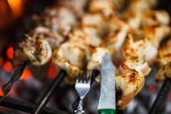 Ψημένο στη σχάρα κρέας μοσχαρίσιων κρεάτων στη σχάρα με το δίκρανο και το μαχαίρι κοντά επάνω, σχάρα, shashlik, kebab, οβελίδιο σ Στοκ εικόνες με δικαίωμα ελεύθερης χρήσης