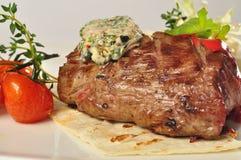 Ψημένο στη σχάρα κρέας μπριζόλας με τη σαλάτα Στοκ Εικόνες