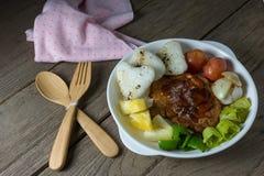 Ψημένο στη σχάρα κρέας μπριζόλας με τη φυτική σαλάτα και ψημένο ρύζι Στοκ φωτογραφίες με δικαίωμα ελεύθερης χρήσης