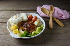 Ψημένο στη σχάρα κρέας μπριζόλας με τη φυτική σαλάτα και ψημένο ρύζι Στοκ εικόνες με δικαίωμα ελεύθερης χρήσης