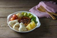 Ψημένο στη σχάρα κρέας μπριζόλας με τη φυτική σαλάτα και ψημένο ρύζι Στοκ φωτογραφία με δικαίωμα ελεύθερης χρήσης