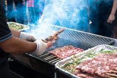 Ψημένο στη σχάρα κρέας στην αγορά τροφίμων οδών στοκ εικόνες