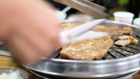 Ψημένο στη σχάρα κρέας στο τηγάνι μετάλλων απόθεμα βίντεο