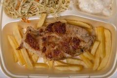 Ψημένο στη σχάρα κρέας, τηγανιτές πατάτες, και σαλάτα κοτόπουλου στα εξαγωγέα τρόφιμα BO Στοκ φωτογραφίες με δικαίωμα ελεύθερης χρήσης