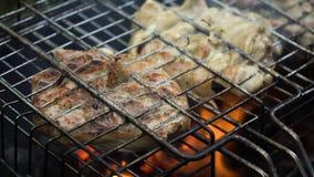 Ψημένο στη σχάρα κρέας στη φλεμένος σχάρα Στοκ φωτογραφία με δικαίωμα ελεύθερης χρήσης