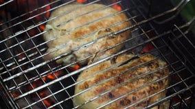 Ψημένο στη σχάρα κρέας στη φλεμένος σχάρα Στοκ Εικόνες