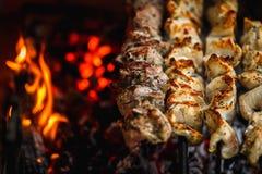 Ψημένο στη σχάρα κρέας χοιρινού κρέατος στη σχάρα κοντά επάνω, σχάρα, shashlik, kebab, οβελίδιο στη σχάρα Στοκ φωτογραφία με δικαίωμα ελεύθερης χρήσης