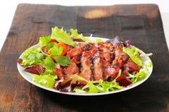 Ψημένο στη σχάρα κρέας χοιρινού κρέατος με τα πράσινα σαλάτας στοκ εικόνες