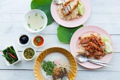 Ψημένο στη σχάρα κόκκινο χοιρινό κρέας στη σάλτσα με το ρύζι, ρύζι Hainanese με τα cris στοκ φωτογραφίες
