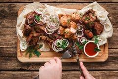 Ψημένο στη σχάρα μίγμα κρέατος Άχρηστο φαγητό, ανθυγειινή κατανάλωση Στοκ εικόνα με δικαίωμα ελεύθερης χρήσης