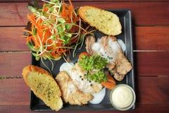 Ψημένο στη σχάρα μπριζόλες, λουκάνικο, ψωμί σκόρδου και συνταγή σαλάτας Στοκ φωτογραφίες με δικαίωμα ελεύθερης χρήσης