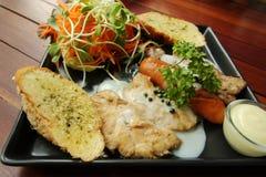 Ψημένο στη σχάρα μπριζόλες, λουκάνικο, ψωμί σκόρδου και συνταγή σαλάτας Στοκ εικόνα με δικαίωμα ελεύθερης χρήσης