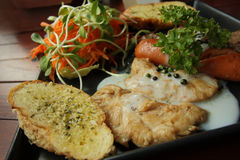 Ψημένο στη σχάρα μπριζόλες, λουκάνικο, ψωμί σκόρδου και συνταγή σαλάτας Στοκ εικόνες με δικαίωμα ελεύθερης χρήσης