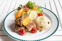 Ψημένο στη σχάρα οβελίδιο βόειου κρέατος με το ρύζι στοκ φωτογραφία με δικαίωμα ελεύθερης χρήσης