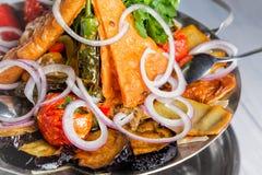 Ψημένο στη σχάρα ορεκτικό λαχανικών Μελιτζάνα, ντομάτες, πιπέρι, κρεμμύδι, χορτάρια μαύρο στενό μαλακό επάνω λευκό μαξιλαριών μικ Στοκ φωτογραφίες με δικαίωμα ελεύθερης χρήσης