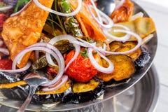 Ψημένο στη σχάρα ορεκτικό λαχανικών Μελιτζάνα, ντομάτες, πιπέρι, κρεμμύδι, χορτάρια μαύρο στενό μαλακό επάνω λευκό μαξιλαριών μικ Στοκ Εικόνες