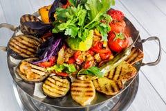 Ψημένο στη σχάρα ορεκτικό λαχανικών Μελιτζάνα, ντομάτες, πιπέρι, κρεμμύδι, χορτάρια μαύρο στενό μαλακό επάνω λευκό μαξιλαριών μικ Στοκ εικόνα με δικαίωμα ελεύθερης χρήσης