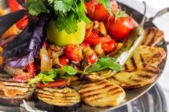 Ψημένο στη σχάρα ορεκτικό λαχανικών Μελιτζάνα, ντομάτες, πιπέρι, κρεμμύδι, χορτάρια μαύρο στενό μαλακό επάνω λευκό μαξιλαριών μικ Στοκ Φωτογραφίες