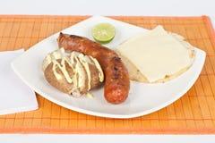 Ψημένο στη σχάρα λουκάνικο με το arepa και τη μαγειρευμένη πατάτα Στοκ εικόνες με δικαίωμα ελεύθερης χρήσης