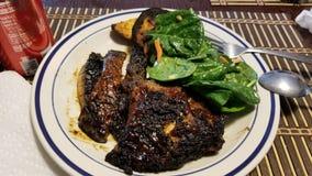 Ψημένο στη σχάρα προσροφητικός άνθρακας κρέας με τα veggies Στοκ Εικόνες