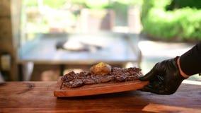 Ψημένο στη σχάρα προσροφητικός άνθρακας tenderloin μπριζόλας βόειου κρέατος με το κουδούνι υπηρεσιών φιλμ μικρού μήκους