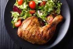 Ψημένο στη σχάρα πόδι κοτόπουλου με τη σαλάτα από ένα μίγμα του μαρουλιού φύλλων και Στοκ φωτογραφίες με δικαίωμα ελεύθερης χρήσης