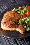 Ψημένο στη σχάρα πόδι κοτόπουλου με τη σαλάτα από ένα μίγμα του μαρουλιού φύλλων και Στοκ Εικόνες