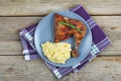 Ψημένο στη σχάρα πόδι κοτόπουλου, πολτοποιηίδες πατάτες, που εξυπηρετεί σε έναν καφέ, κορυφή VI Στοκ εικόνες με δικαίωμα ελεύθερης χρήσης