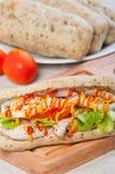Ψημένο στη σχάρα σάντουιτς κοτόπουλου με το μαρούλι και το κρεμμύδι ντοματών Στοκ φωτογραφία με δικαίωμα ελεύθερης χρήσης
